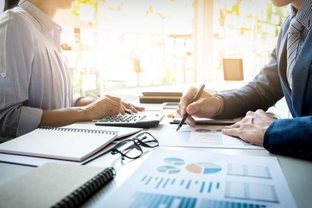 hombre-de-negocios-financiero-inspector-secretaria-haciendo-informe-calculo-o-comprobacion-balance-inspector-del-servicio-de-rentas-internas-revisando-el-documento-conce